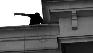 Cezaevinden tahliye olan eski polis çatıya çıkarak intihara kalkıştı